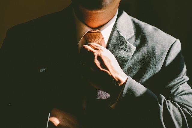 ruka na kravatě