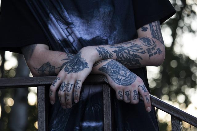 Muž, tetování, ruce