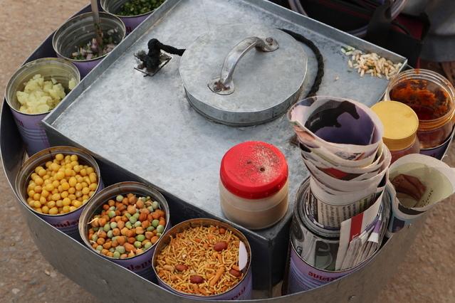 fotografie místního pouličního kuchaře v Indii